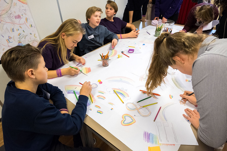 Amsterdam, 8-12-2017 Paarse Vrijdag op het St. Ignatius gymnasium. Door het dragen van de kleur paars symboliseren scholen dat zij het thema seksuele diversiteit en genderdiversiteit belangrijk vinden. 4% van de middelbare scholieren geeft aan hun school veilig genoeg te vinden om uit de kast te komen. Paarse Vrijdag wordt sinds 2010 georganiseerd door het GS door elke elke tweede vrijdag in december georganiseerd de GSA. (Gender & Sexuality Alliances) en het COC. FOTO: Gerard Til / Hollandse Hoogte