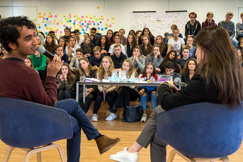 Amsterdam, 8-12-2017 Paarse Vrijdag op het St. Ignatius gymnasium. Door het (uit)dragen van de kleur paars symboliseren scholen dat zij het thema seksuele diversiteit en genderdiversiteit belangrijk vinden. 4% van de middelbare scholieren geeft aan hun school veilig genoeg te vinden om uit de kast te komen. Paarse Vrijdag wordt sinds 2010 georganiseerd door het GS door elke elke tweede vrijdag in december georganiseerd de GSA. (Gender & Sexuality Alliances) en het COC. FOTO: Gerard Til (vrij van rechten voor redactioneel gebruik)
