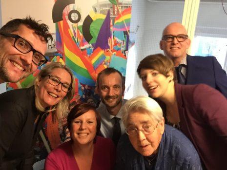 Van L-R:  Peter de Ruijter (Amsterdam), Ilja de Jonge (Zwolle), Juul van Hoof (Movisie), Niels van der Spijk (Leiden), Gerda Tolk (Roze 50+), Linda Linssen (COC Voorlichter), Cees van Baalen (Friesland)